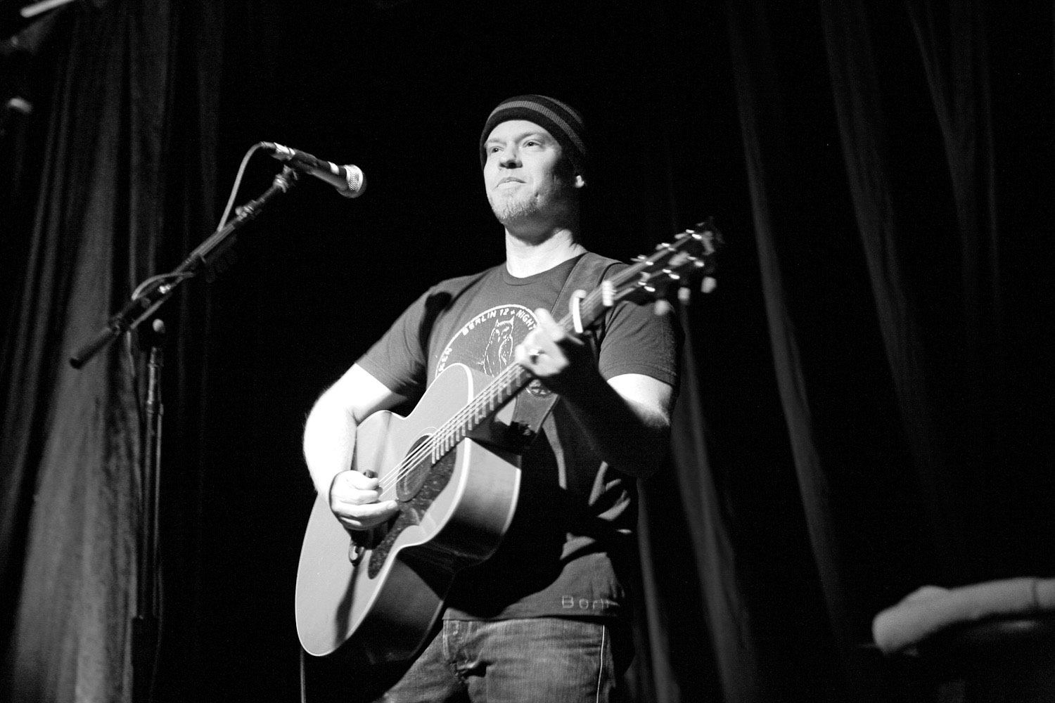 Shawn Mullins plays guitar in Portland.