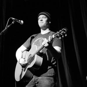 Shawn Mullins plays guitar in Portland.
